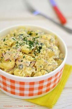 L'été est idéal pour se préparer des petites salades froides ... des recettes très faciles avec peu d'ingrédients. Ingrédients ( pour 4-6 personnes ) 1kg de pomme de terre 1 oignon rouge des petits cornichons 1 bouquet de persil 4càs de crème fraiche...