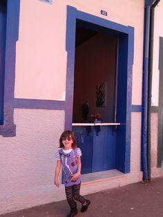 portas e janelas, casinhas e plaquinhas - aqui a criança foi lá na porta fuxicar a casinha pequeNINA.
