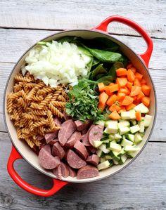 Alt-i-ett pølsegryte med pasta & grønnsaker - LINDASTUHAUG Sugar And Spice, Casserole Recipes, Cobb Salad, Crockpot, Bacon, Spices, Food And Drink, Favorite Recipes, Pasta