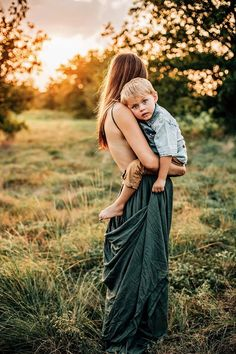 Don't be afraid to wear green with a green setting! Summer Maternity Photos, Summer Family Photos, Family Maternity Photos, Mother Son Poses, Mother Son Pictures, Mommy And Me Photo Shoot, Boy Photo Shoot, Mother Son Photography, Children Photography