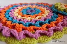 Wiggle it crochet potholder. Free pattern.