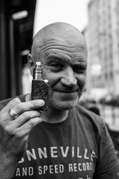 """Jan Kounen, le réalisateur de """"Dobermann"""", """"99 francs"""" ou encore """"Coco Chanel"""", pose avec son box mod !"""