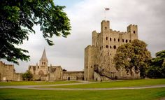 Rochester Castle is situated within a loop in the River Medway and until the modern era was at the lowest bridgeable point. The site may have been the location where the Battle of Medway (AD was fought in the earliest phase of the Roman invasion. Rochester Castle, Rochester Kent, Famous Warriors, Cardboard Castle, Beautiful Castles, British History, Tower Bridge, Surrey, London England