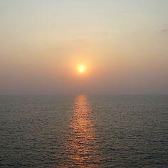 Wieder ein wunderschöner Sonnenuntergang... #taipantouristik #indien #kerala #sonnenuntergang #kovalam #soschön #wanderlust #fernweh #reiseblogger #reisen #urlaub #immereinereisewert #sonne #meer #ozean #urlaubstracker Goa, Kovalam, Strand, Wanderlust, Celestial, Sunset, Outdoor, Indian, Beautiful Sunset