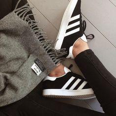 Sneakers femme - Adidas Gazelle black (©beautycurls_leblog)  trop belles...je fais un grand 39-petit 40.....                                                                                                                                                                                Plus