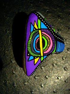 97, Galet flashy peint à l'acrylique dans les tons rose, bleu, vert, gris, jaune, mauve, blanc, : Peintures par vague-a-l-art