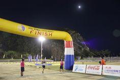 【沖縄おすすめ情報】 伊平屋ムーンライトマラソン 月をバックにゴール