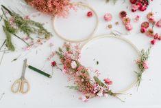 DIY-Anleitung: Kränze aus Trockenblumen binden Dried Flowers, Diy Wedding, Doodles, Wreaths, Blog, Design, Home Decor, Single Flowers, Wall Decorations