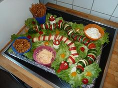 Obst und Gemüseschlange im Blumentbeet – kam beim Kindergeburtstag sehr gut in … Fruit and vegetable snake in the flower bed – arrived at the children's birthday very well in the day care center Minion Party, Party Buffet, Watermelon Recipes, Food Humor, Cooking With Kids, Party Snacks, Creative Food, Food Design, The Fresh