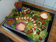 Obst und Gemüseschlange im Blumentbeet - kam beim Kindergeburtstag sehr gut in der Kita an