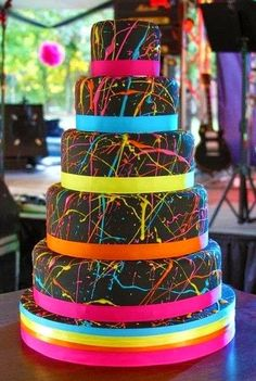 Glow in the dark neon cake ! I think I want this to be my sweet 16 cake! Gay Wedding Cakes, Unique Wedding Cakes, Wedding Cake Designs, Unique Cakes, Sweet 16 Cakes, Cute Cakes, Beautiful Cakes, Amazing Cakes, Bolo Neon