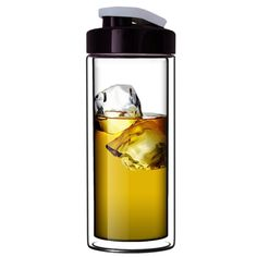 Super clear double-walled borosilicate glass tumbler keeps drinks cold longer and reduces surface condensation.
