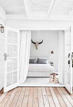 An all-white fibro beach shack with Scandi-style Modern Luxury Bedroom, Trendy Bedroom, Luxurious Bedrooms, Scandi Bedroom, 1950s House, Japanese Interior Design, New Kitchen Designs, Beach Shack, Surf Shack
