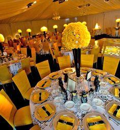 Boda en amarillo, blanco y negro, centros de mesa en copa negra, flores amarillas. #DecoraciónBoda #IdeasBoda #BodaAmarilla Índigo Bodas y Eventos www.indigobodasyeventos.com