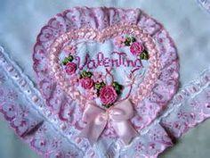 mantas de bebe bordadas - Bing Imagens Polymer Clay, Decorative Plates, Tableware, Crochet Coat, Bath Linens, Ribbons, Knitting And Crocheting, Baby Sheets, Embroidered Baby Blankets