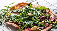 RUSTIC ARUGULA PIZZA | We all know those kinds of days when it all it needs is a crusty, oven-fresh pizza, and that pizza we're talking has to be topped with some juicy, fresh greens. And sometimes, they have to be nothing else than some harsh, spicy arugula. So what if we told you that your cravings will be satisfied — with this super easy, cheap, oil-free, HCLF, vegan and healthy recipe?