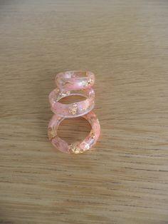 Hars ring. Ring met roze blaadjes en gouden vlokken. Hars sieraden. Decoratie voor de vrouw. Natuur ring. Stapelring.
