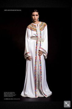 White with coulours, Kabyle style (ish). From l'officiel maroc caftan edition jan Kimono Fashion, Hijab Fashion, Fashion Dresses, Kaftan Abaya, Caftan Dress, Morrocan Kaftan, Style Kimono, Arabic Dress, Oriental Fashion