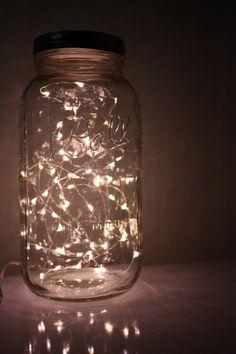 para la mesita de luz de los chicos... ponemos una tira de 20 luces navideñas frías en un frasco transparente, lo que no da una luz suave, y muylinda :)