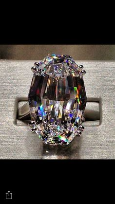 Idée et inspiration Bague Diamant : Image Description Jacob Co ct oval diamond ring ~ what an incredible cut~ WoW Look at the colors reflecting in that cut! I Love Jewelry, Fine Jewelry, Geek Jewelry, Jewlery, Oval Diamond, Huge Diamond Rings, Emerald Rings, Ruby Rings, Uncut Diamond