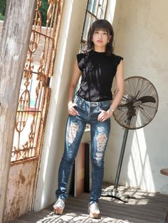 Superenge Jeans, Mom Jeans, Beautiful Asian Girls, Skinny Pants, Asian Woman, Cool Girl, Leather Pants, Cute Outfits, Female