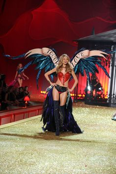Magdalena Frackowiak walks the runway during the 2010 Victoria's Secret Fashion Show on November 2010 in New York City Victoria Secrets, Victoria Secret Wings, Victoria Secret Fashion Show, Victorias Secret Costume, Victorias Secret Models, Vs Models, Vs Fashion Shows, Women Lingerie, Outfits