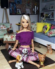 Vocês ficam lendo até tarde? Pois eu fico kkkk ai no outro dia acordo como?! DESTRUIDA! KKKK Doll Clothes Barbie, Vintage Barbie Dolls, Moda Barbie, Barbie Tumblr, Barbies Pics, Barbie Fashionista Dolls, Barbie Family, Barbie Model, Barbie Life