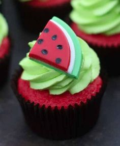 How to Make Watermelon Cupcakes. Summer is here and it's time to have watermelon. cupcakes that is ;) Check out this fun and easy recipe for bright, summery cupcakes! Cookies Cupcake, Yummy Cupcakes, Cupcake Toppers, Pink Cupcakes, Fondant Cupcakes, Popcorn Cupcakes, Fondant Icing, Cupcakes Design, Cake Designs