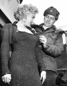 Marilyn visits the US army in Korea, 1954