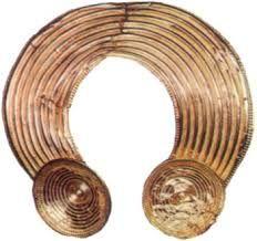 Doba bronzová - Kultura lidu popelnicových polí (1200 – 700 let př. n. l.) – název kultury je odvozen ze způsobu, jakým tito lidé pohřbívali mrtvé. Ty nejdříve zpopelnili, jejich popel vložili do speciální urny (keramické nádoby - popelnice), která měla vespod otvor. Ten zde byl proto aby mohla duše opustit tělo a odletět. Pro tuto dobu je významné celkové oteplení, současně rostl počet obyvatel a prodlužoval se jejich věk.doba bronzová umění - Hledat Googlem