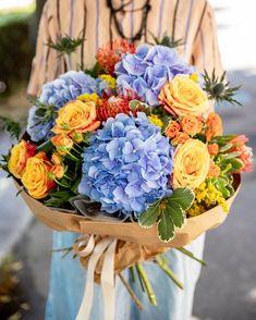 Surprinde o persoană dragă cu un buchet luxuriant! Florile bogate de Hydrangea alături de trandafirii portocalii, Eryngium și florile exotice de Leucospermum alcătuiesc un buchet spectaculos. Contrastul cromatic, compoziția florală și texturile diferite fac din acest buchet unul cu adevărat deosebit. Trimite acest cadou floral cuiva drag din România și noi te asigurăm că va fi livrat în doar 2-4 ore. Floral Wreath, Wreaths, Home Decor, Beauty, Floral Crown, Decoration Home, Door Wreaths, Room Decor, Deco Mesh Wreaths
