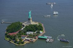 New York City Feelings - Liberty Island by stefen turner New York Sites, Liberty Island, Chrysler Building, Central Park, Brooklyn Bridge, Empire State Building, Travel Usa, Statue Of Liberty, Cool Photos