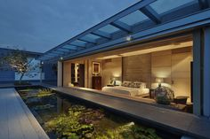 to check the concrete top wall in the LR Chiltern House  / WOW Architects | Warner Wong Design