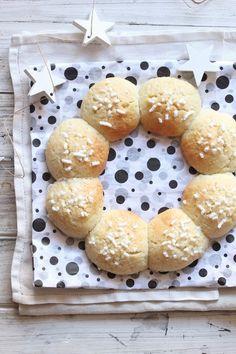Solo tre ingredienti per questi biscotti alla ricotta buonissimi, morbidissimi che sciolgono in bocca! Oltre ad av...