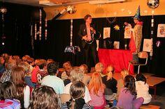 Basisschool goochelaar en buikspreker Aarnoud Agricola tijdens schoolvoorstelling op de Waaier in Warmond.