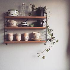 Bildresultat för stringhylla kök Eclectic Furniture, Modern Furniture, Colour Blocking Interior, Teak Wood, Open Shelving, Floating Shelves, Interior And Exterior, House Plans, Interior Decorating