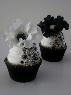 We don't often think about black when we think of cupcakes but this gallery of gorgeous cups may change your mind and make them first! Black cupcakes with white contrast are a favorite formal weddi. Cupcakes Bonitos, Cupcakes Lindos, Cupcakes Flores, Flower Cupcakes, Strawberry Cupcakes, White Wedding Cupcakes, Black And White Cupcakes, Silver Cupcakes, Bling Cupcakes