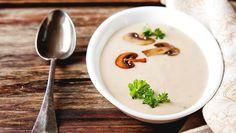 Varm dig i efteråret med denne skønne svampesuppe med masser af svampe, løg, timian og hvidløg. Suppen er dejlig cremet og er både nem og hurtig at lave.