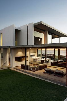 Pearl Bay House, Gavin Maddock Design Studio. * concrete, strong vertical, court, windows.