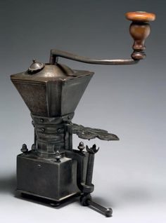 """EXCEPTIONNEL MOULIN A CAFE Fer forgé H: 26 cm - L: 18 cm France - XVIIIème siècle Superbe état L'arrivée du café en Europe au XVIème siècle implique la création d'un objet spécifique, le """"moulin à café"""",… - Aguttes - 24/05/2013"""