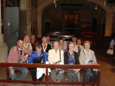 El grupo sentado en los bancos de la Iglesia de El Salvador escuchando las explicaciones de la guía turístico