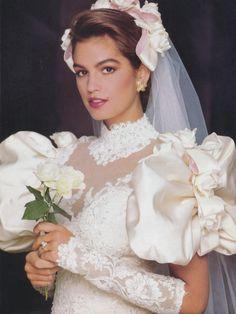 Cindy Crawford Красивая модель , Великолепный наряд ! Аж зависть берёт ! Только белая ... Такие чудесные платья уже не шьют , а жаль ... Я хотела бы именно такое на своей свадьбе ...