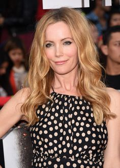 Leslie Mann Long Wavy Cut - Leslie Mann wore her hair down with beachy waves when she attended the MTV Movie Awards. Leslie Mann, Divas, Down Hairstyles, Pretty Hairstyles, Hair Is Full Of Secrets, Mtv Movie Awards, Long Layered Hair, Face Hair, Hair Dos