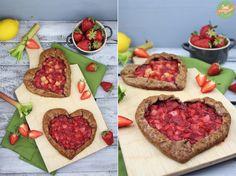 Schokoladen-Galette mit Erdbeeren und Rhabarber