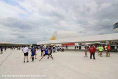 Parte del equipo calentando antes de tomar parte en la I Carrera Niemeyer-Valliniello ¡marco incomparable!