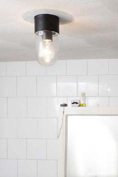 KARWEI | Kies voor een simpele plafondlamp in de badkamer. #karwei #verlichting #wooninspiratie