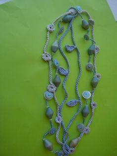 collar largo hecho a ganchillo con abalorios de madera lentejuelas y hojas de crochet