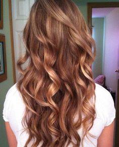 CARAMEL VÄRISET HIUKSET saat hunajan, toffeen tai kinuskin värisillä raidoilla sekä kiiltokäsittely päälle. Hippunen mansikkablondia mukaan tekee väristä uniikin. Viimeistele laineilla tai kiharoilla ja saat vaalean ruskeat hiukset näyttämään näin...