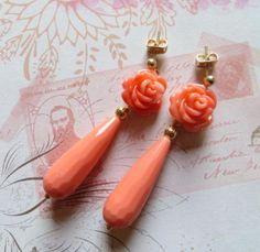Orecchini con rose intagliate e gocce corallo rosa di Sofiasbijoux, €29.00