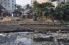 De textielindustrie is van vitaal belang voor de economie van Bangladesh. Maar ze is ook de veroorzaker van grote sociale en milieuproblemen. Het gebruik van water, gas, elektriciteit en chemicaliën is erg hoog in de 1700 ververijen en wasserijen die het land telt.